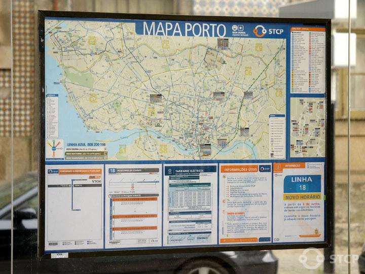 Mapa e informação horária de uma paragem STCP, o mapa e o espaço disponível podiam ser utilizados de forma mais produtiva. Direitos de Imagem: STCP
