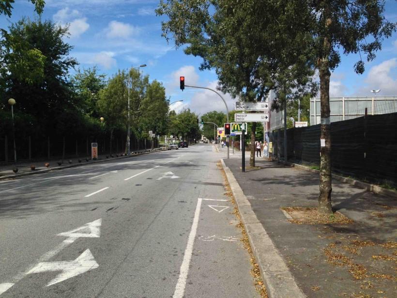 Chegando ao cruzamento da FEUP, na Rua Dr. Roberto Frias, que opções tenho? Onde tem continuidade a pista de ciclismo?